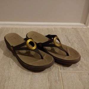 Womens Brown Crocs Wedge Sandals With Brass Ring
